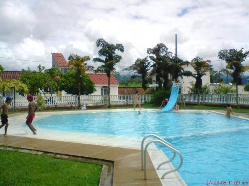 Fotos de alquiler casa en villavicencio con piscina 150 for Alquiler de apartamentos con piscina