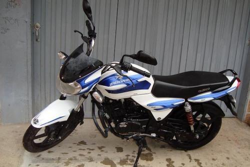 Venta de moto discover 125 blanca y azul