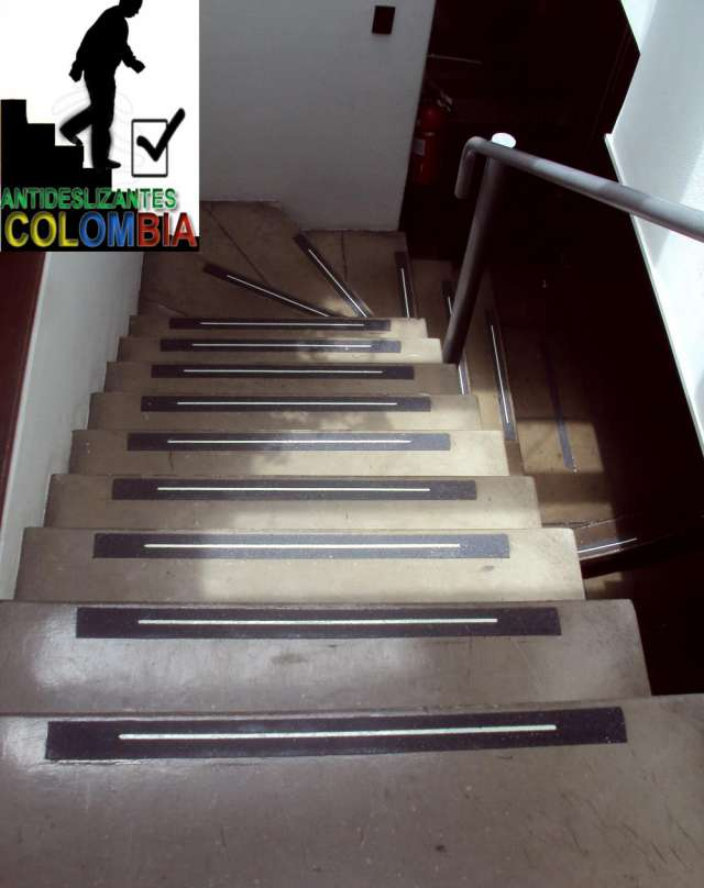 Fotos de escaleras en pisos laminados deko casas en bogot for Escaleras para casas de dos pisos