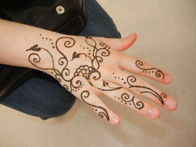 Fotos henna casi negra para tatuajes temporales dura dias for Henna para manos