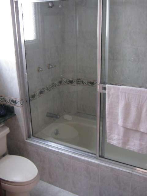 Amplia segura y comoda habitacion con bano privado - Picas de bano baratas ...