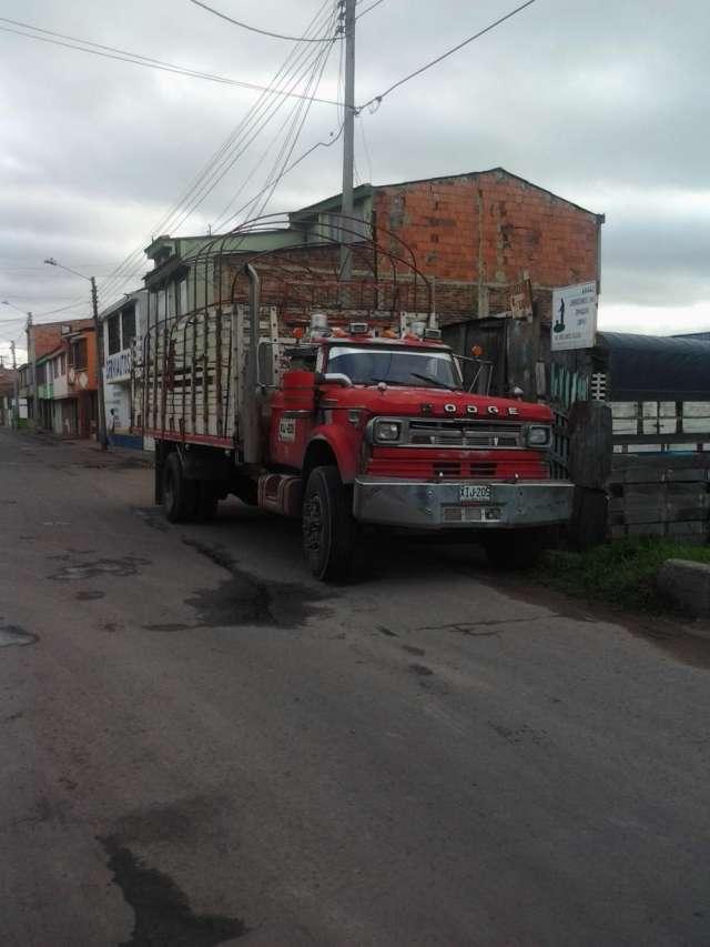 Fotos de Camion de estacas se vende con motovendo camion disel  motor dt 468 caja 910 tro 2