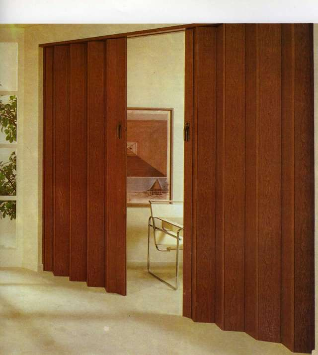 Divisiones en madera divisiones para espacios con diseo for Casas con puertas de madera