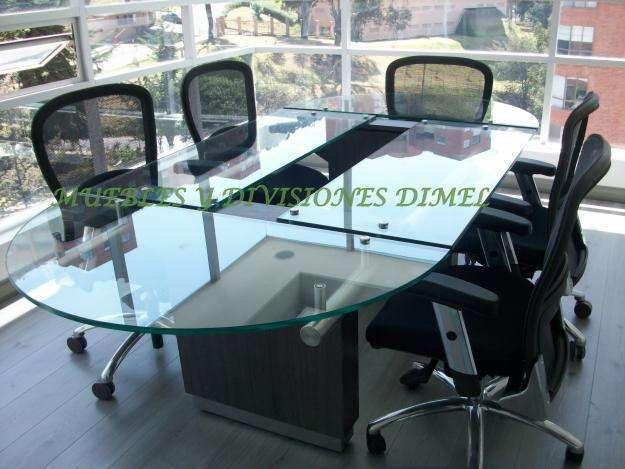 Mesas de juntas en madera y vidrio puestos de islas de trabajo en ...