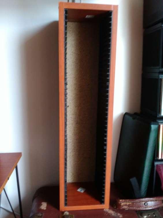 Hermoso mueble en madera para guardar cd`s