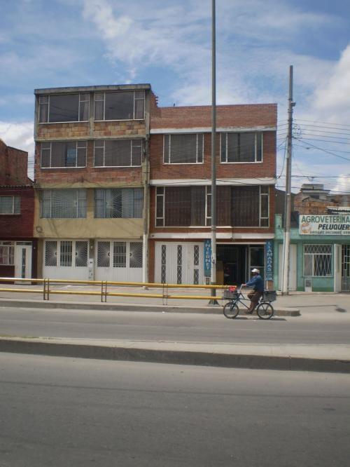 Linda casa sobre avenida principal en el barrio boita de 4 plantas con dos locales comerciales