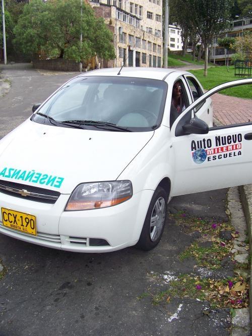 Bienvenidos a escuela de automovilismo auto nuevo milenio bogotá