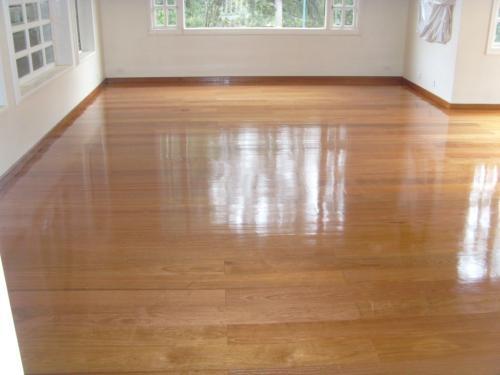 Pulimos sus pisos de madera