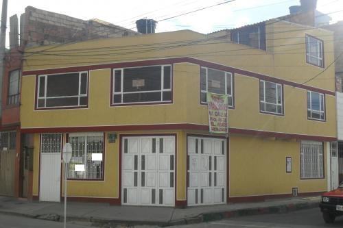 Casa esquinera sobre via principal 6x12