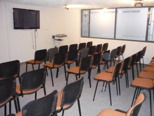 Alquilo salones para conferencias y consultorios