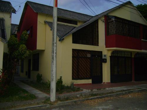 Arriendo casa de dos pisos barrio los colores