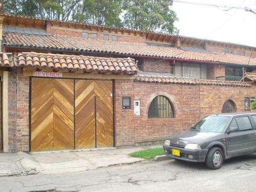 Cedritos calle 147 , vendo hermosa casa grande de 2 pisos; estilo colonial con zona verde