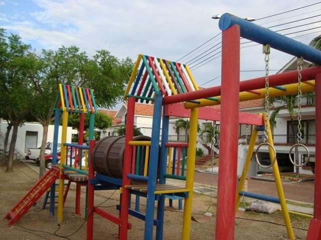 Maderplast fabrica parques infantiles en plástico extra fuerte, ideales para amublamiento urbano, modernos y atractivos colores vivos, con novedosos rodaderos de rodillos, columpios seguros, pasamanos