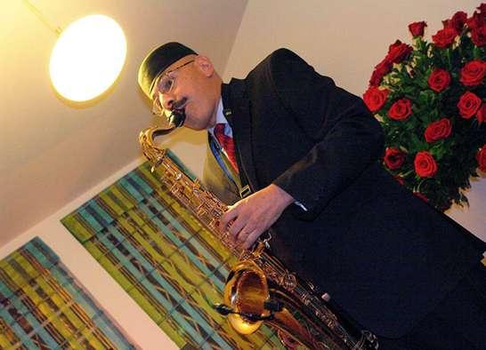 Daniel galvis su saxo, sus pianos y su grupo musical