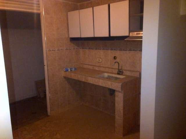 Se vende casa de tres pisos ubicada cerca del portal de las americas( urbanizacion parques de sn rafael) 4 cuartos sala comedor, patio,cocina integral,2 baños, área de 4x8 mtr.....valor $ 120.000.000