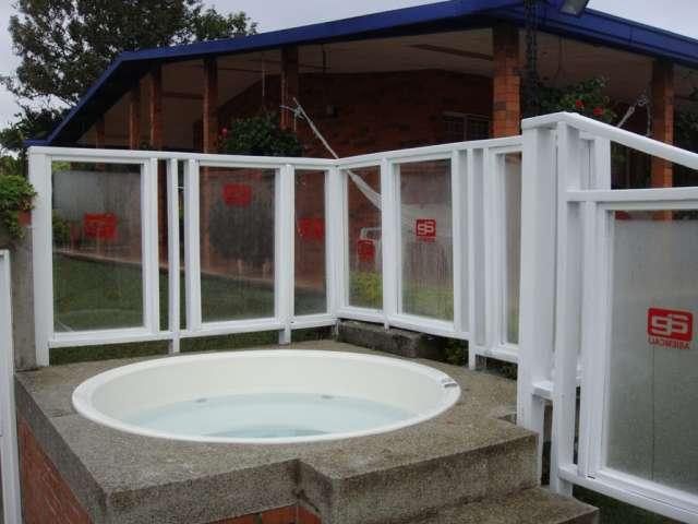 Cerramientos para piscinas en madera plastica y policarbonato