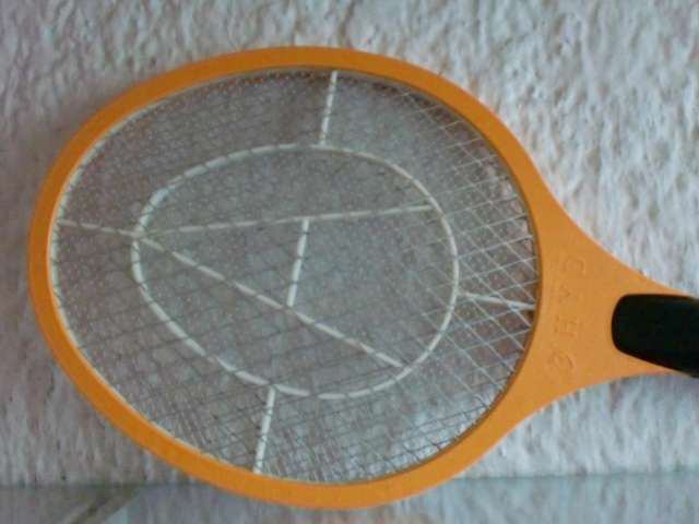 Raqueta eléctrica mata-zancudos recargable