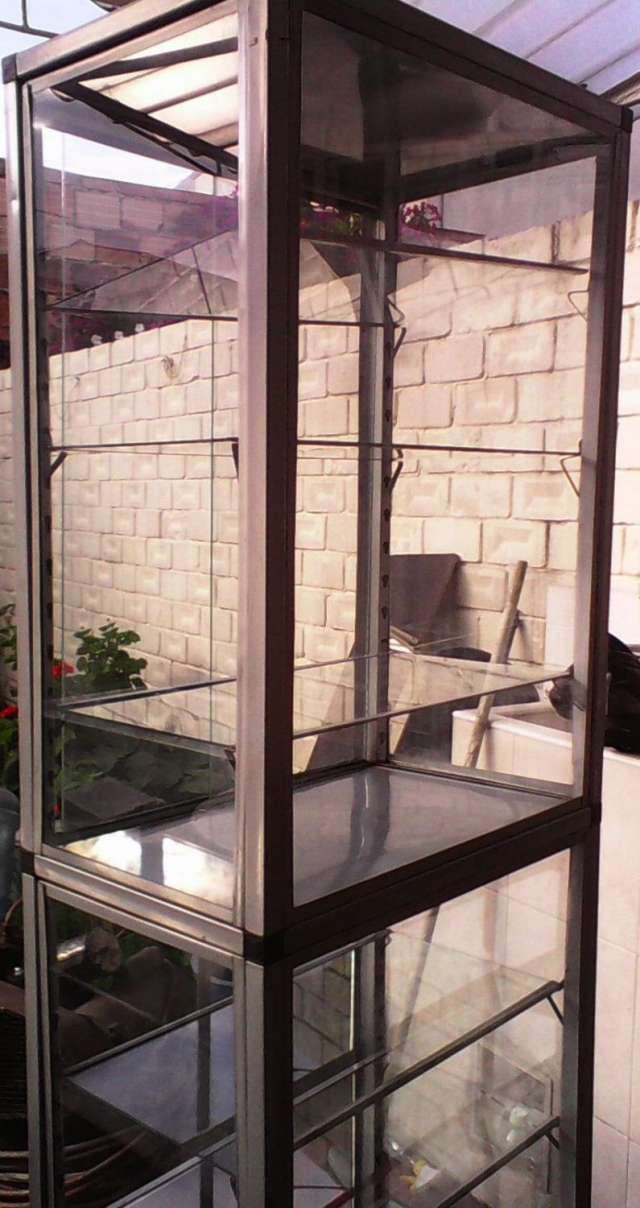 Vitrinas en vidrio. con marco en aluminio