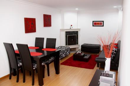 Sala comedor con chimenea y sofá cama