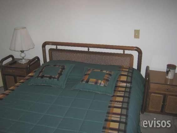 Cama doble, 2 mesas de noche, closet bien amplio, tv, todos los servicios básicos, uso de la cocina, el precio incluye lavada de la ropa.