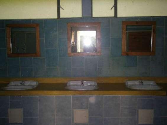 Amplias zonas de baños y regaderas en cada habitación